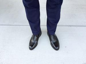 ロイドフットウェア 黒のフルブローグとネイビースーツ
