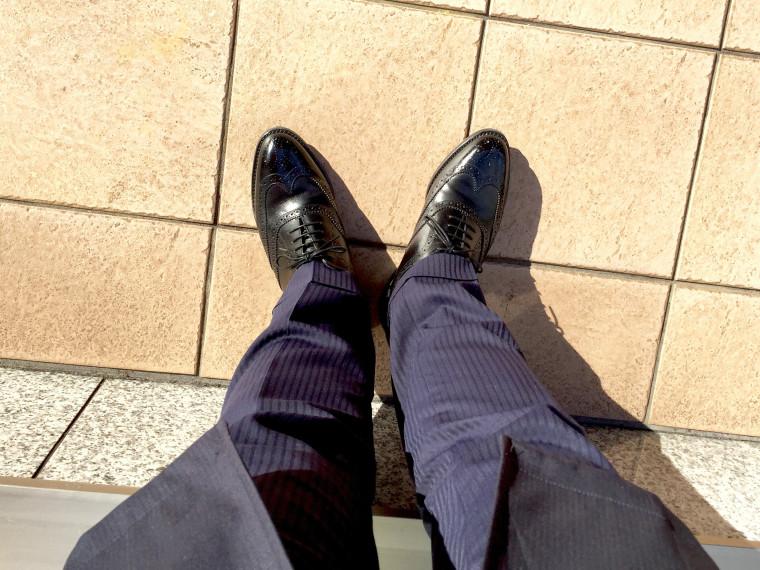 ロイドフットウェアの黒のフルブローグとスーツ