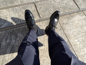 ロイドフットウェア 黒のフルブローグ(Vシリーズ)とスーツ