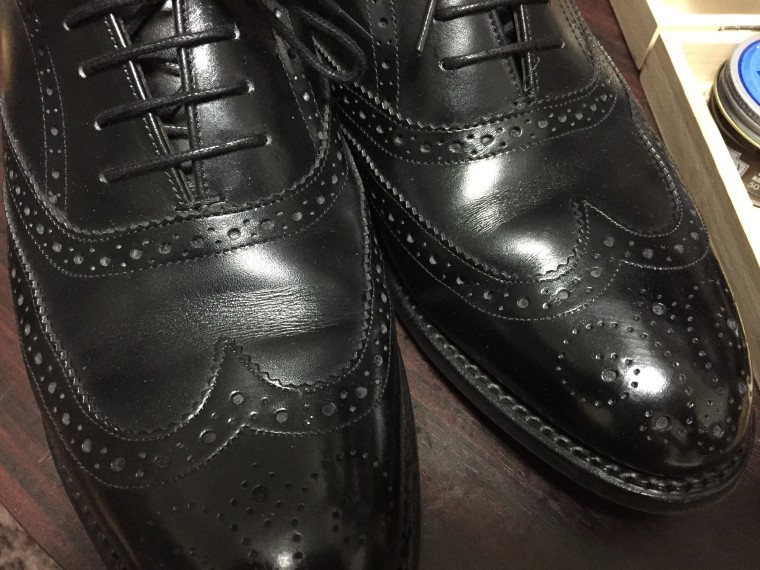 ロイドフットウェア 黒のフルブローグの履き皺(シューツリー無し)