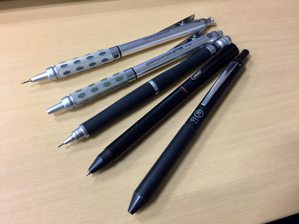 使用中のペン達(ぺんてるグラフギア1000 シャープペンシル・ボールペン、パイロット S20、ラミートライペン、伊東屋ロメオ 多機能ペン)
