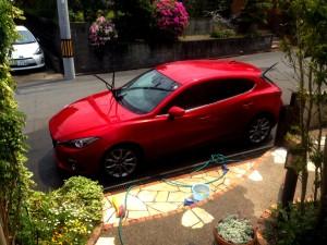 新型アクセラ 洗車1