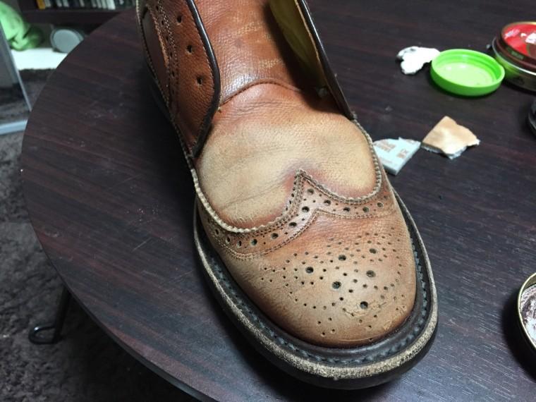 革靴にヤスリがけ(全体)