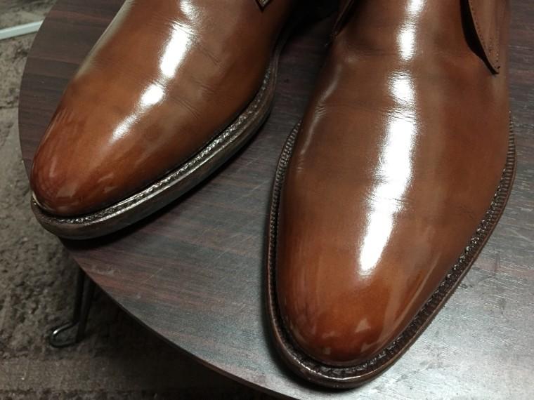【靴磨き】つま先をポリッシュでハイシャイン(ジャランスリワヤ チャッカブーツ)