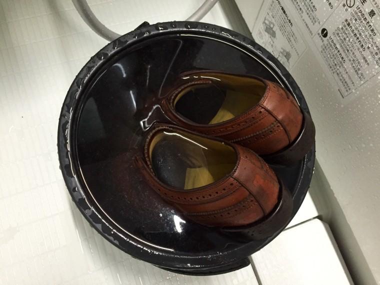 革靴丸洗い お湯に浸ける