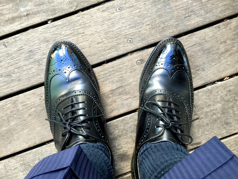 ロイドフットウェア 黒のフルブローグの履き皺