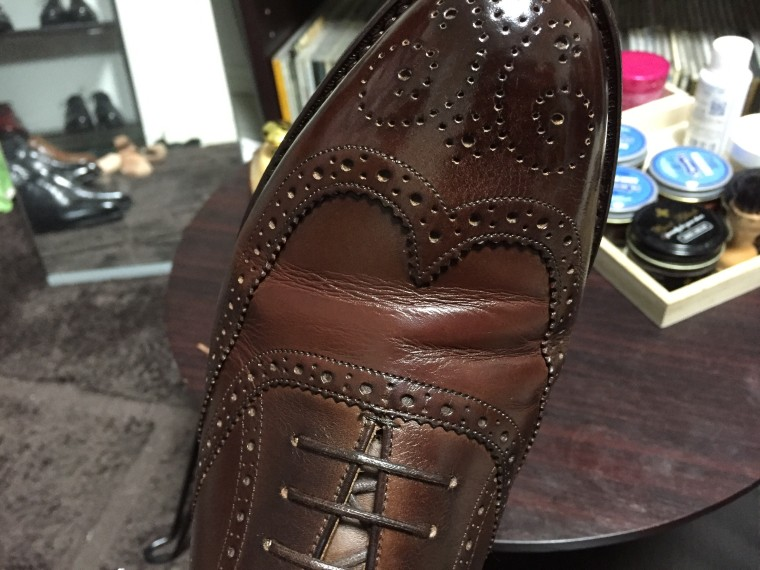 ロイドフットウェア 茶色のフルブローグ(補修クリーム塗布後曲げた状態)