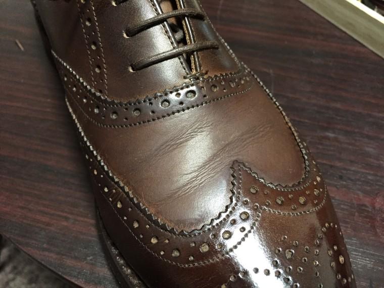 ロイドフットウェア 茶色のフルブローグ(リムーバーで靴クリームを落とした状態)