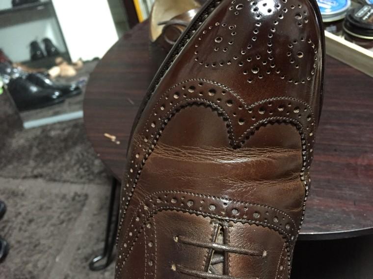 ロイドフットウェア 茶色のフルブローグ(一度履いた状態の履き皺)