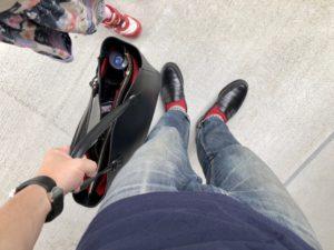 JMウェストンの黒のローファーとボルドリーニのトートバッグと娘