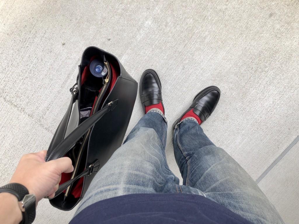 JMウエストンの黒のローファーとボルドリーニのトートバッグ
