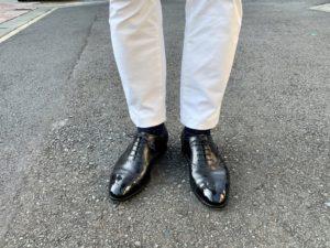 エドワードグリーンカドガン×白チノパンの足元コーデ画像2