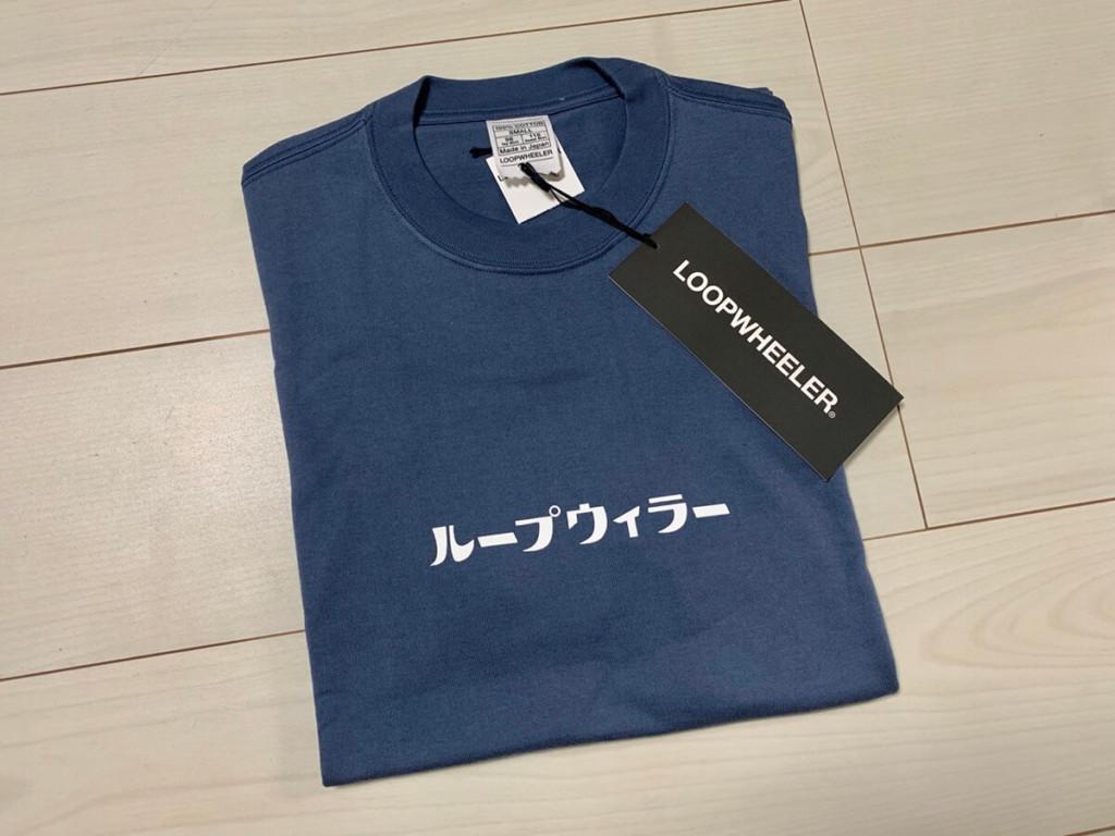 ループウィラー(LOOPWHEELER)のロゴ入りTシャツ(スモールカタカナループウィラーTシャツ)の平置き画像