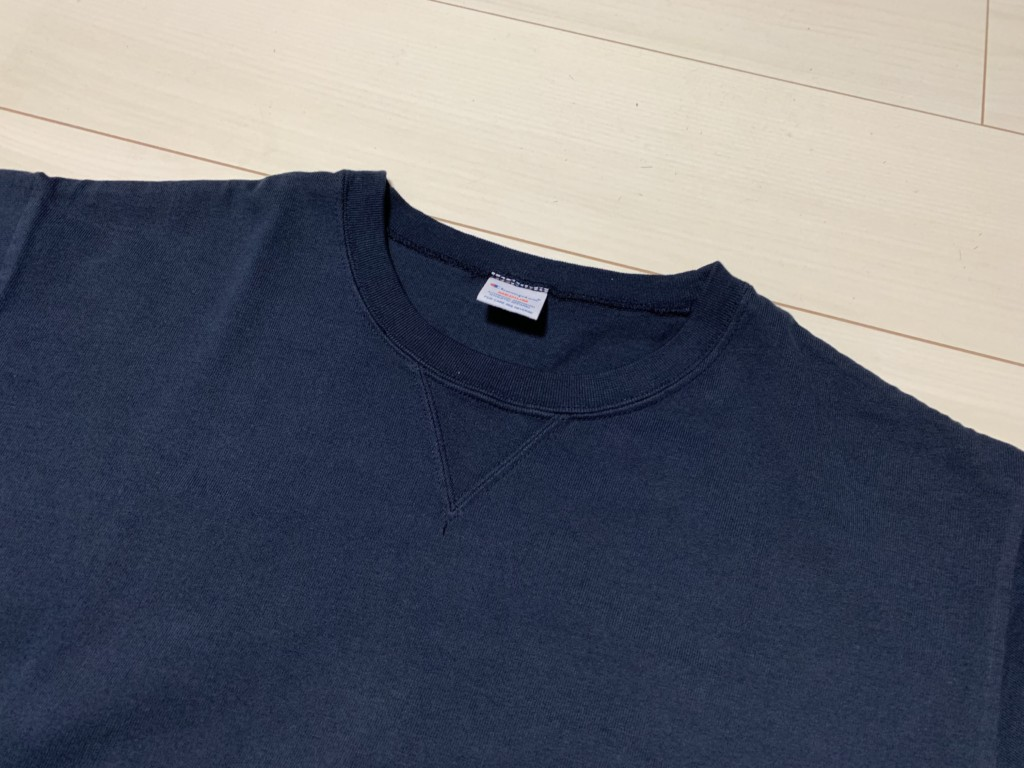 チャンピオン×SHIPS別注「スウェット型Tシャツ」のV字ガゼットの画像