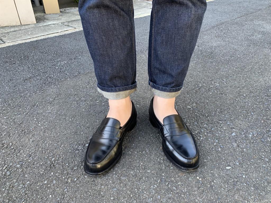 JMウエストン180ローファー(黒)×ACNE JEANSのコーデ画像