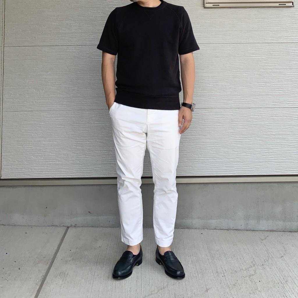 白パンツ×ネイビーローファーのコーデ画像(全身)