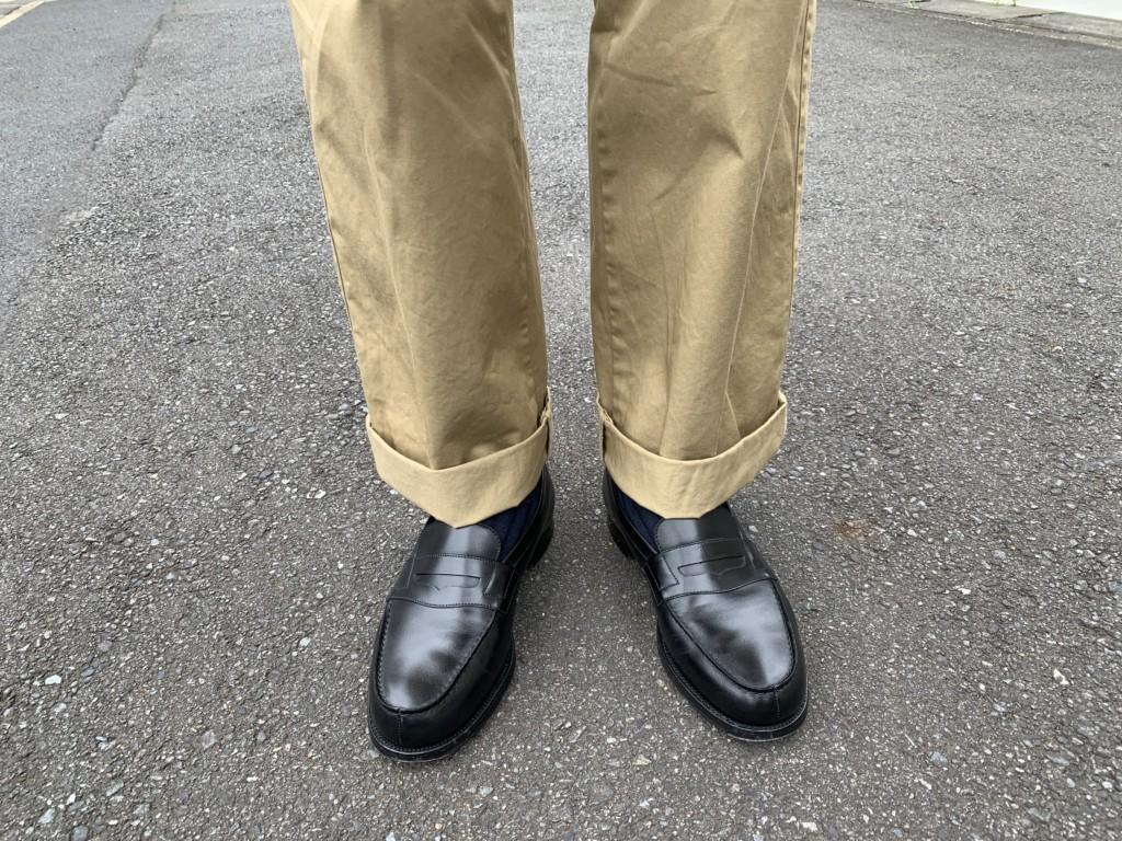 JMウエストン180ローファー(黒)×ベージュワイドパンツの画像