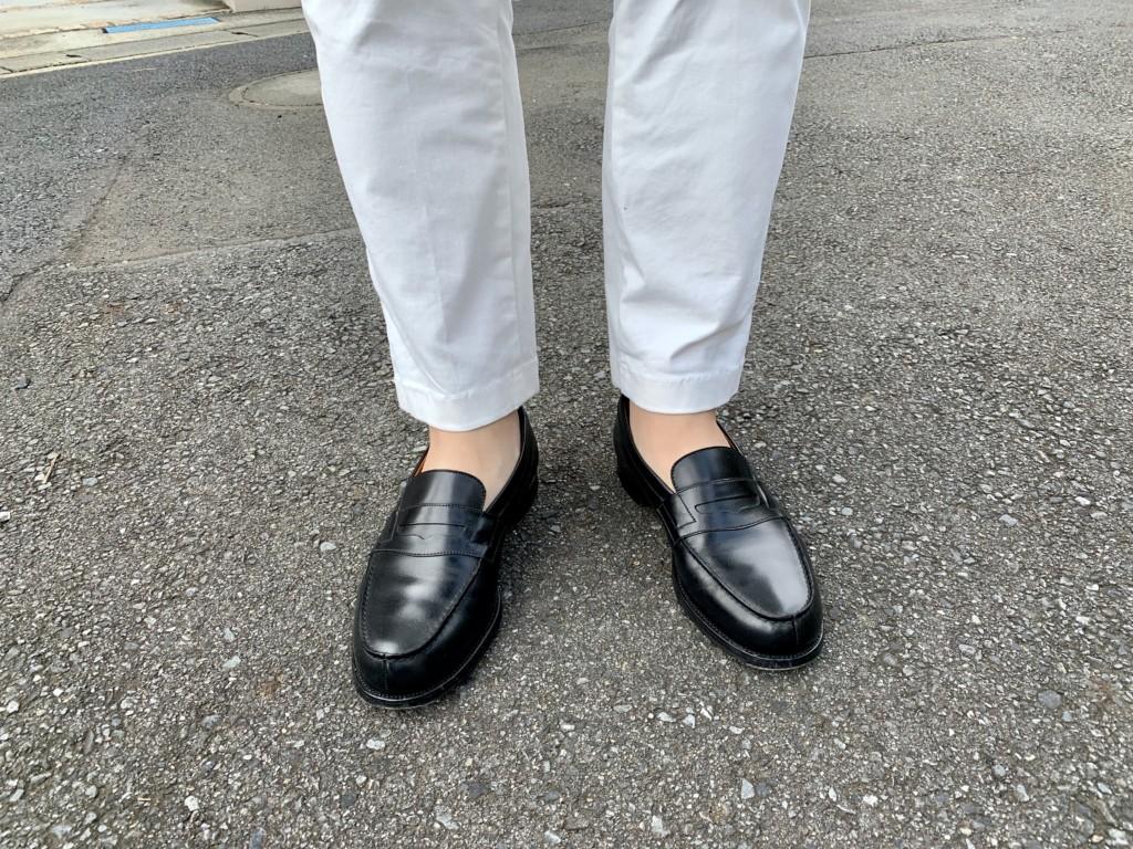 JMウエストン180ローファー黒×白パンツのコーデ画像