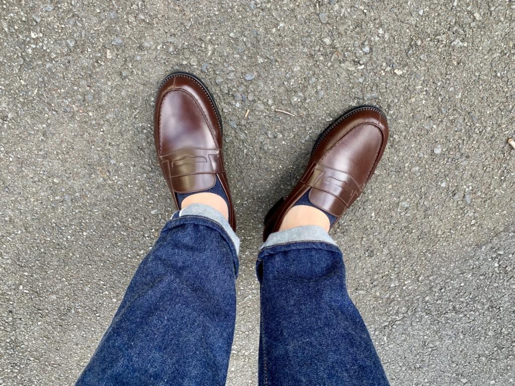 ローファーから靴下が見えている画像