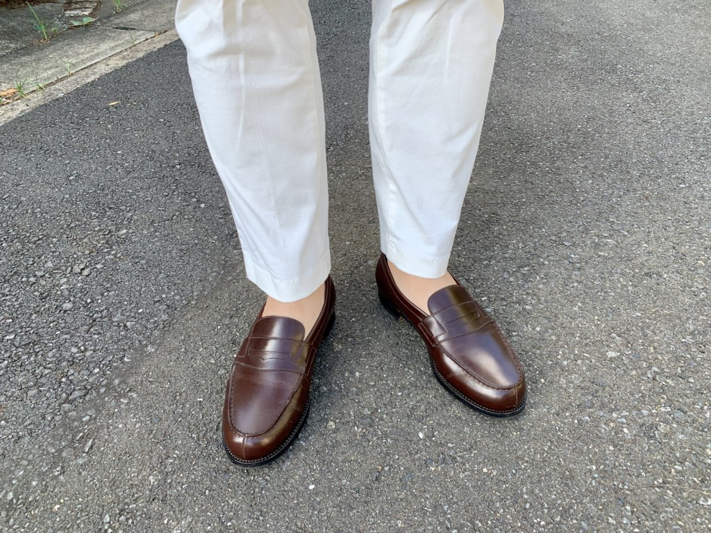 JMウエストン180ローファー ダークブラウン×白パンツのコーデ画像