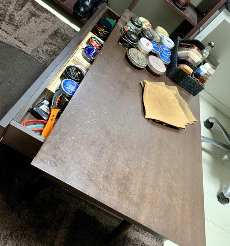 自室の靴磨き作業テーブルの画像