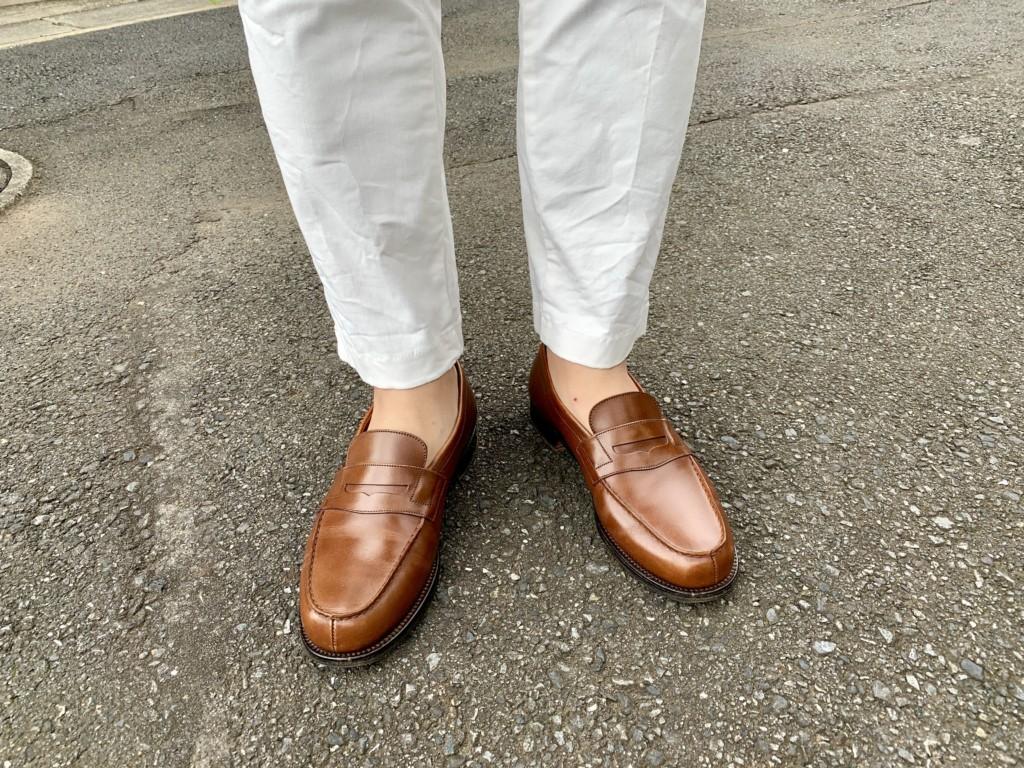 JMウエストン180ローファー(タンブラウン)×白パンツのコーデ画像