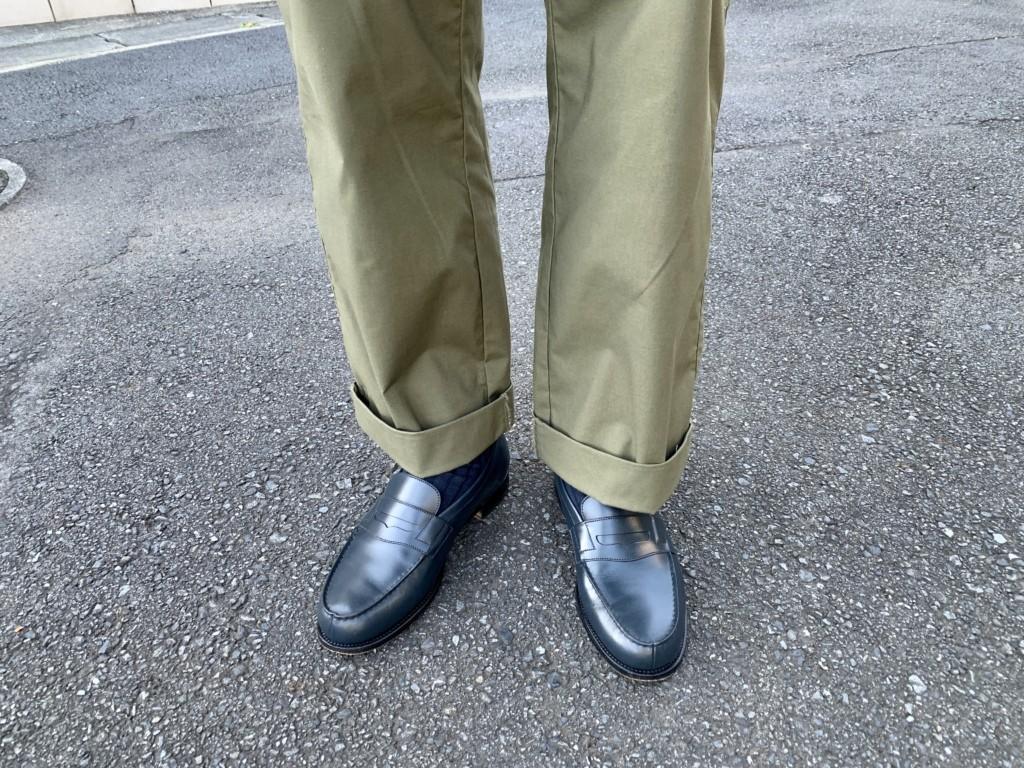 JMウエストン180ローファー(ネイビー)×カーキワイドパンツのコーデ画像