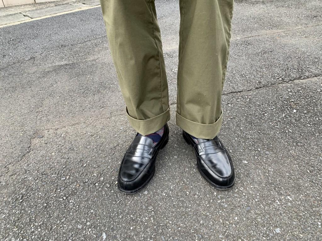 JMウエストン「180ローファー」黒×カーキワイドパンツ