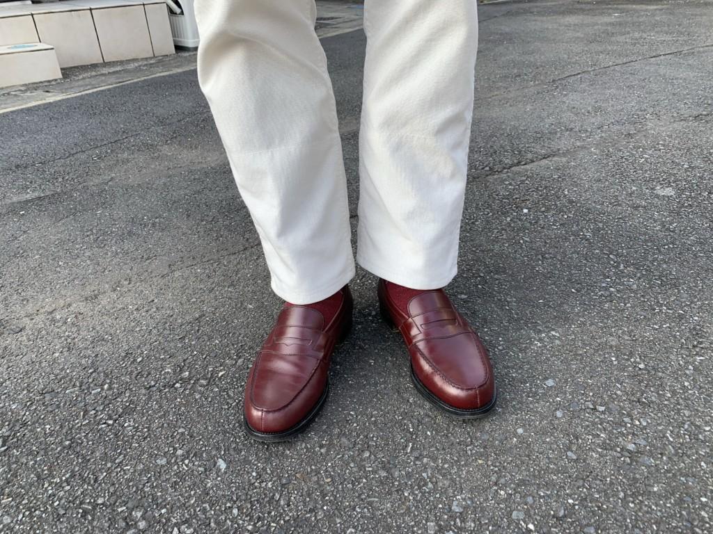 JMウエストン「180ローファー」バーガンディー×白パンツの画像