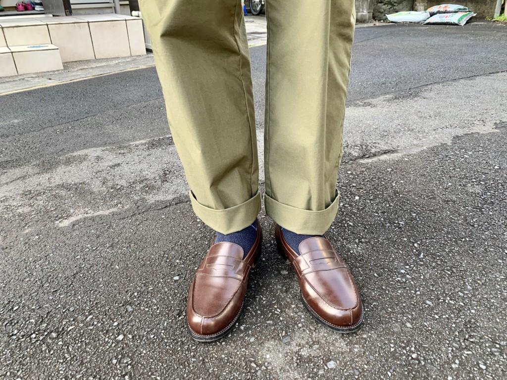 JMウエストン「180ローファー」ダークブラウン×カーキワイドパンツのコーデ画像