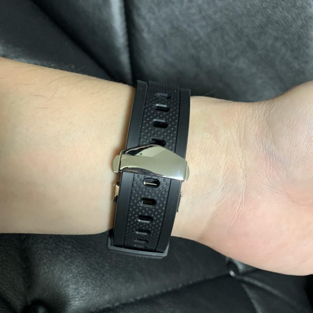 Dバックルの時計を腕につけた画像
