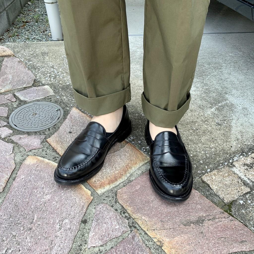 オールデン「カーフローファー」×カーキワイドパンツの画像