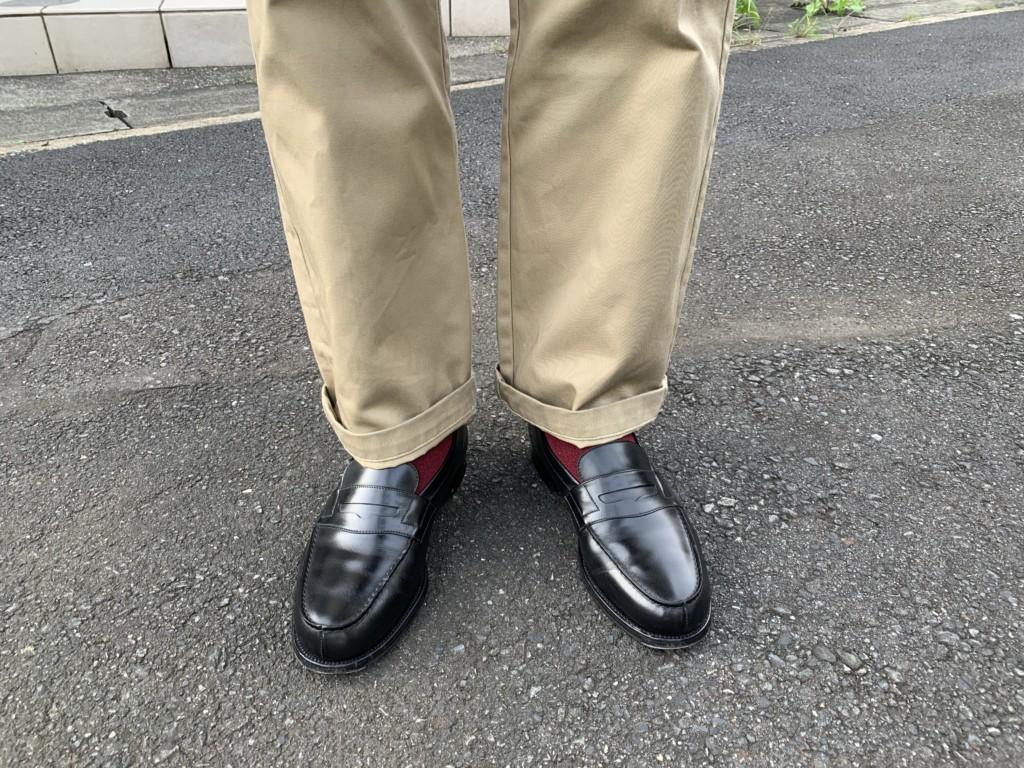 JMウエストン「180ローファー」黒×ベージュチノパンのコーデ画像