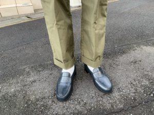 JMウエストン「180ローファー」ネイビー×カーキワイドパンツのコーデ画像