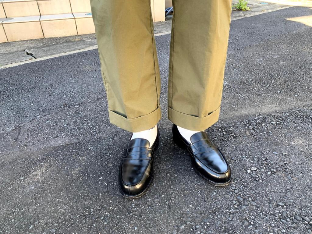 JMウエストン「180ローファー」×カーキワイドパンツのコーデ画像