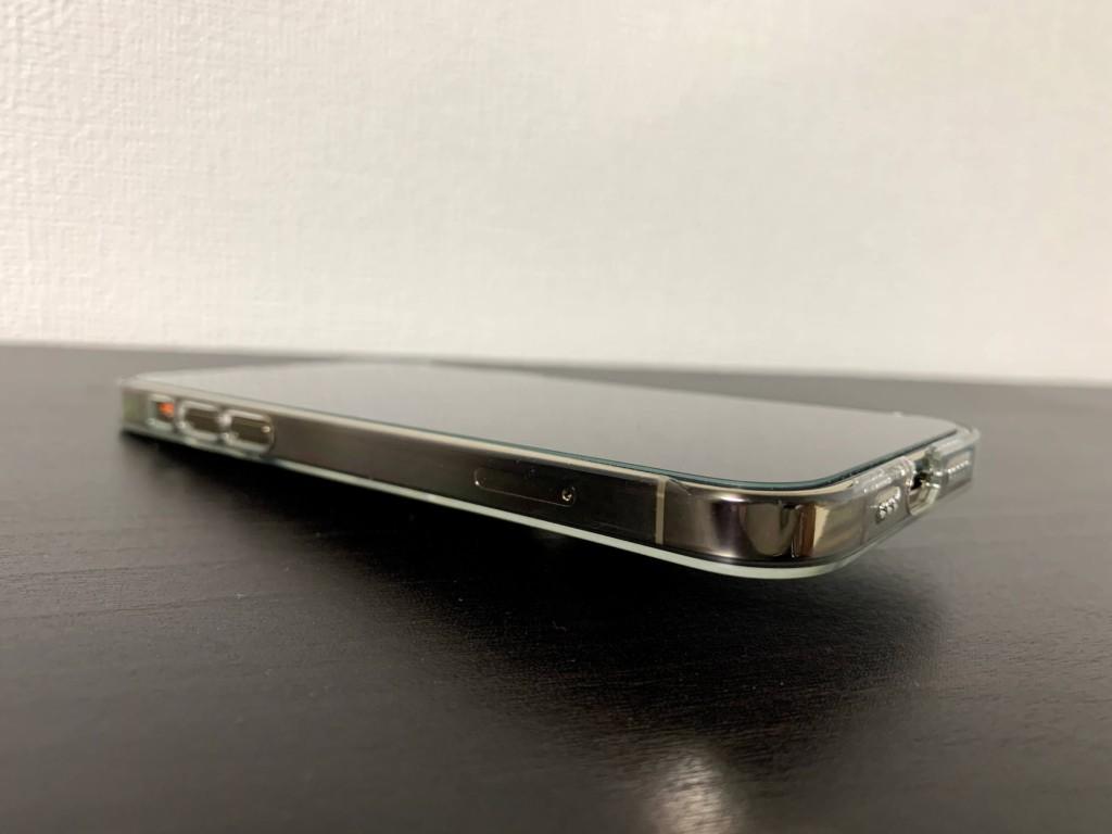 iPhone12 Proのゴールドにパワーサポートのエアージャケットを装着した画像(エッジ部分)