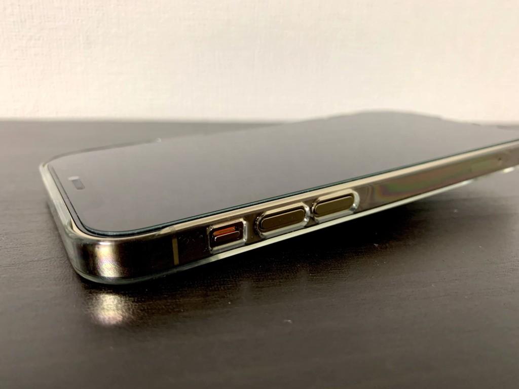 iPhone12 Proのゴールドにパワーサポートのエアージャケットを装着した画像(音量ボタン部分)