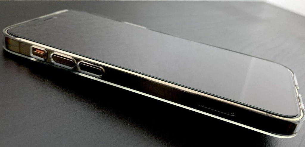 iPhone12 Proのゴールドにパワーサポートのエアージャケットを装着した画像(トップ)