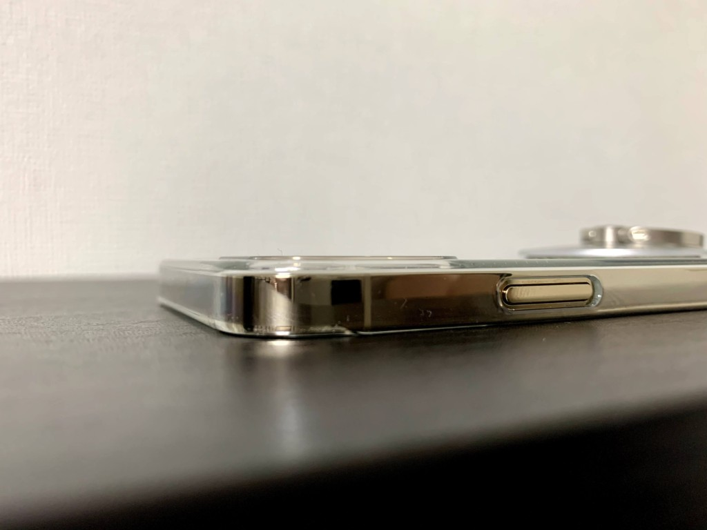 iPhone12 Proのゴールドにパワーサポートのエアージャケットを装着した画像(カメラ部分)