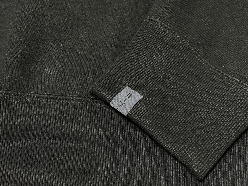 NO COFFEE × LOOPWHEELER ちょいbigスウェット(BLACK)の袖のロゴ入りタグの画像