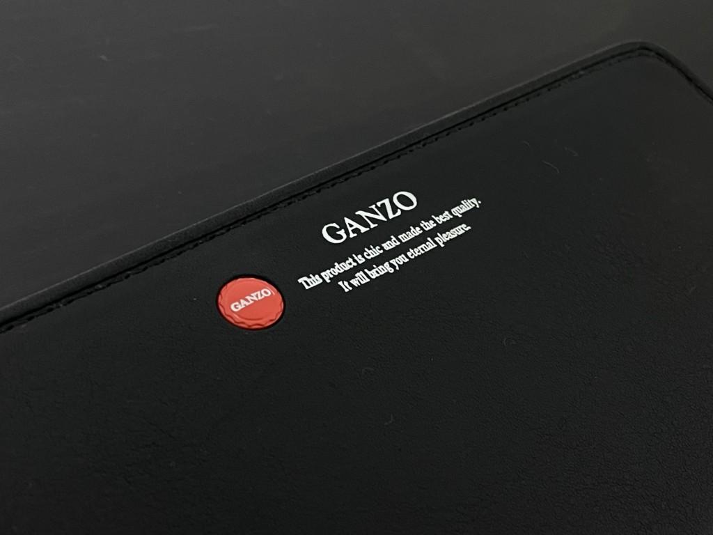 黒のGANZO(ガンゾ)GRラウンドファスナー長財布の赤いロゴマークの画像